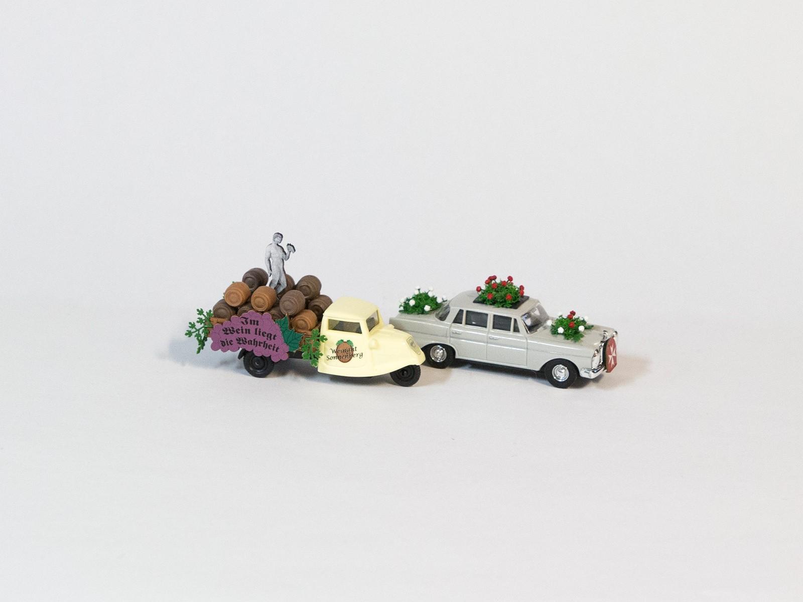 Busch 49942 zwei PKW mit Blumenschmuck - Festumzug